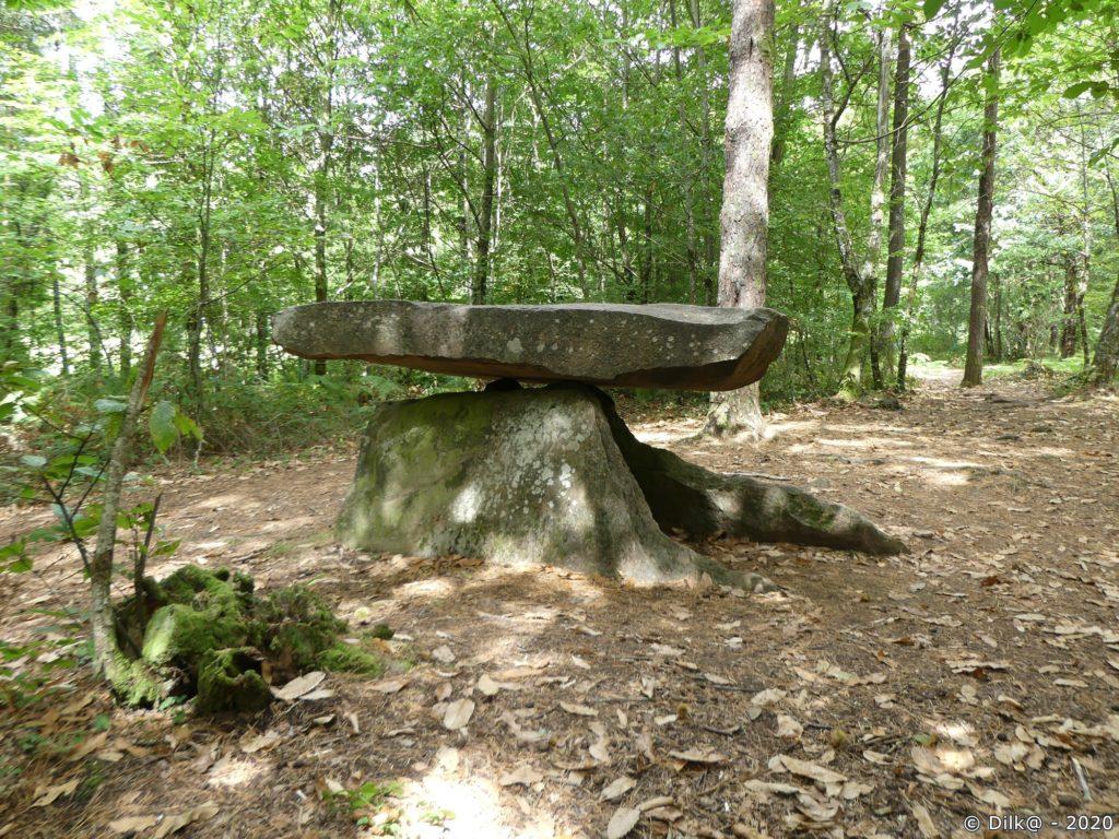 Le dolmen de Rochesseux (3 mètres environ)
