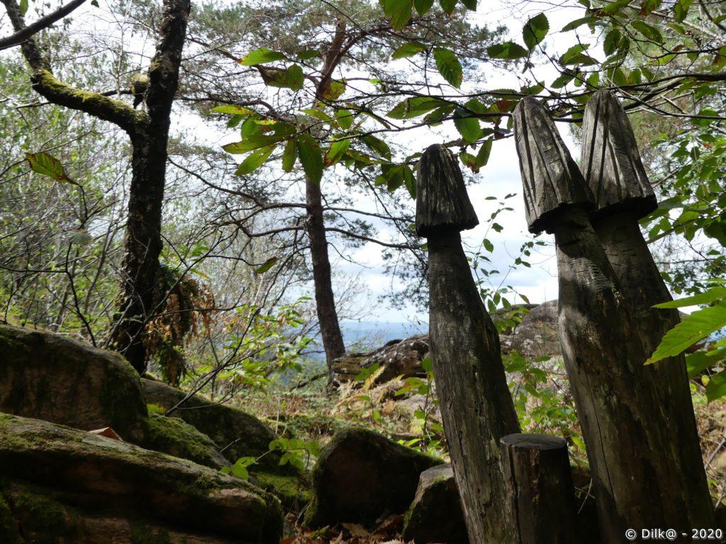 Sculptures sur troncs aux Rochers du bois d'Alliac