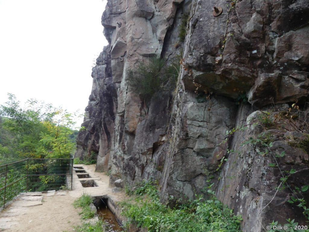 Le canal des moines suit les parois rocheuses