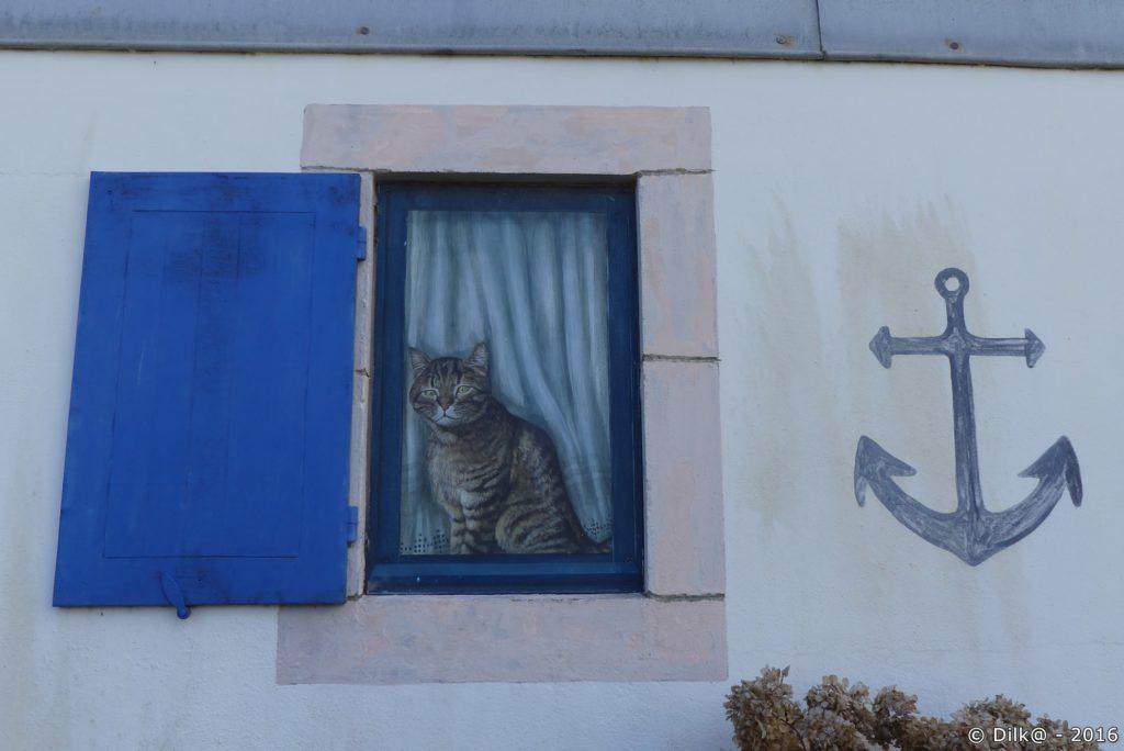 Le chat en trompe-l'œil veille sur les passants