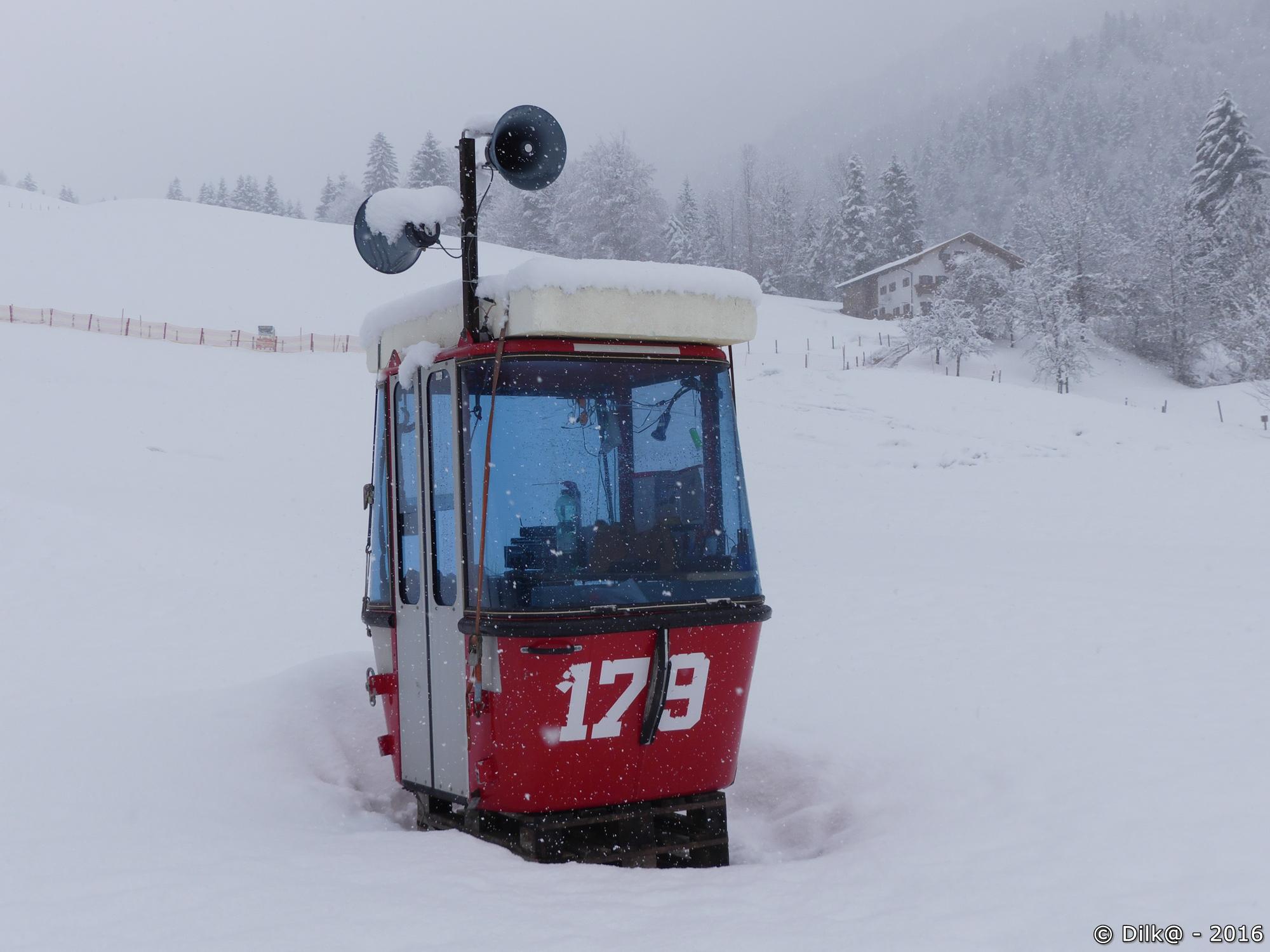 La télécabine posée sur la neige sert d'abri au gardien de la piste de snowtube