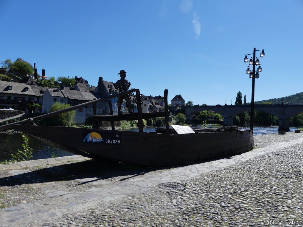 Le courpet est un bateau à fond plat sur la Dordogne ou gabare