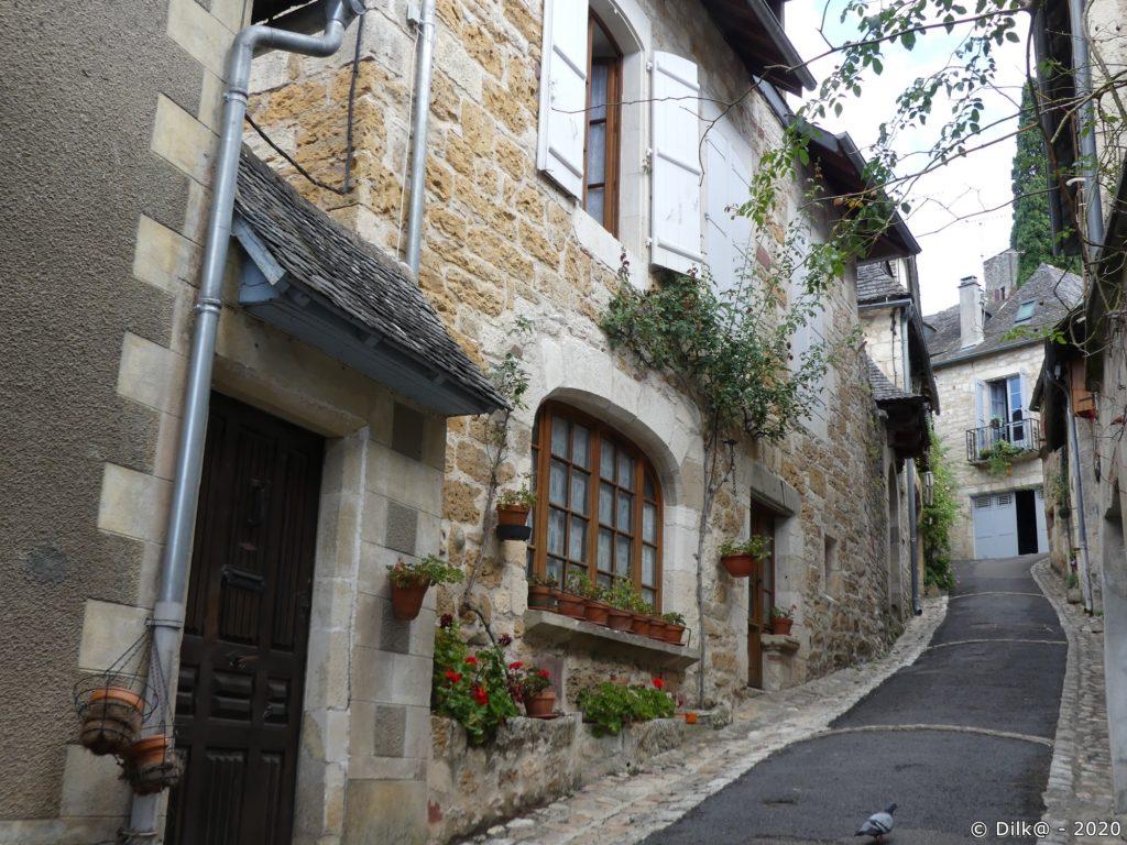 Ruelle étroite montant entre les maisons nobles des XVe et XVIe siècle