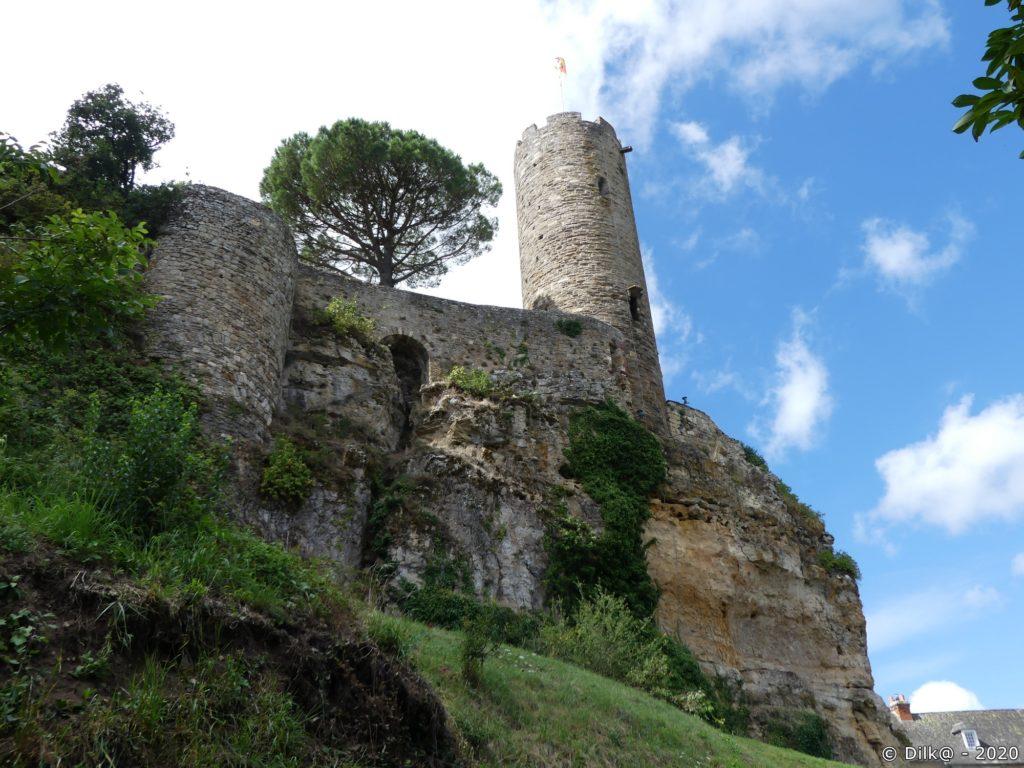 Les remparts du château et la tour César