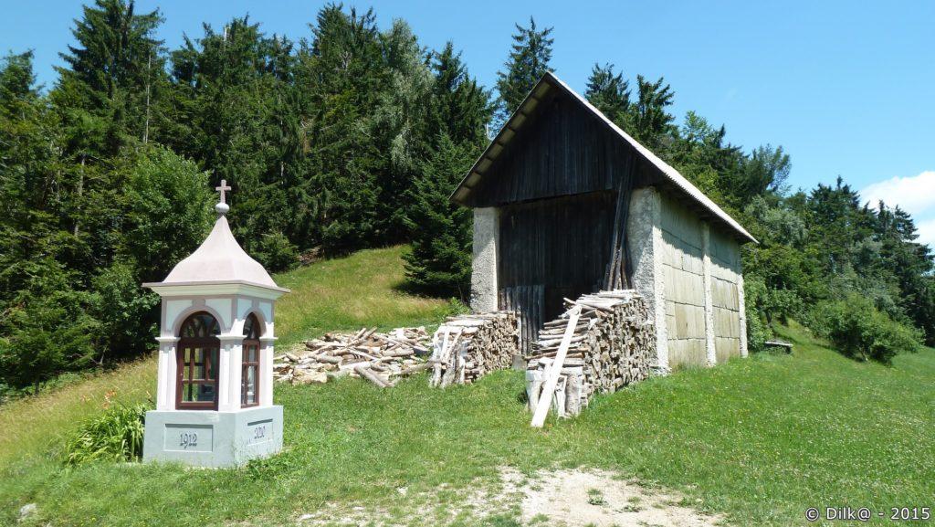 Montée au sommet de Vhrovec : un oratoire et un séchoir à foins