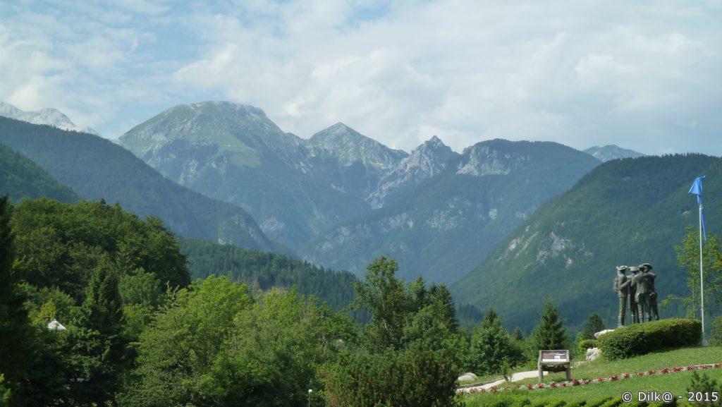 Au dessus du lac de Bohinj, les premiers alpinistes à monter au sommet du Triglav