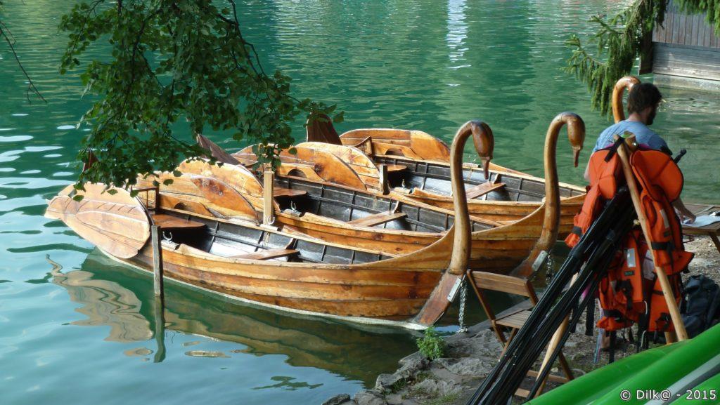 Sur le bord du lac de Bled, des bateaux en bois