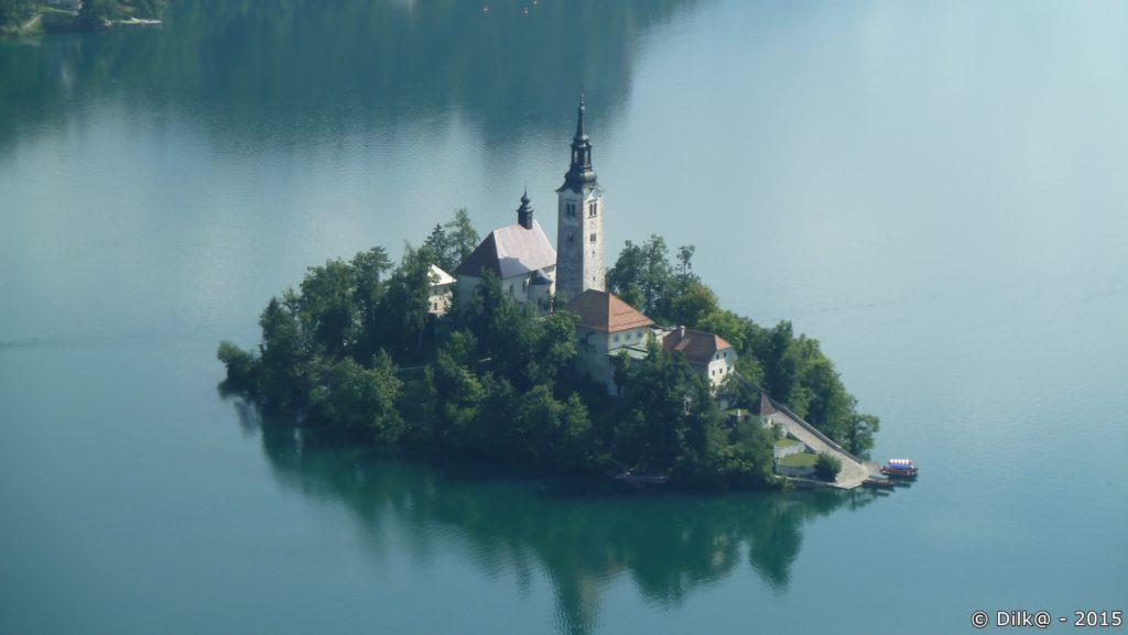 L'île au milieu du lac de Bled vue du promontoire d'Osojnice