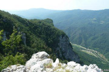 Le col de Firstov Rep offre une vue à 360° sur la vallée de la Kolpa et les villages croates sur les montagnes en face