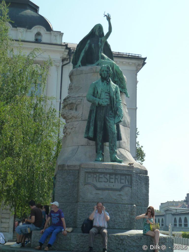 La statue de Prešeren au milieu de la place