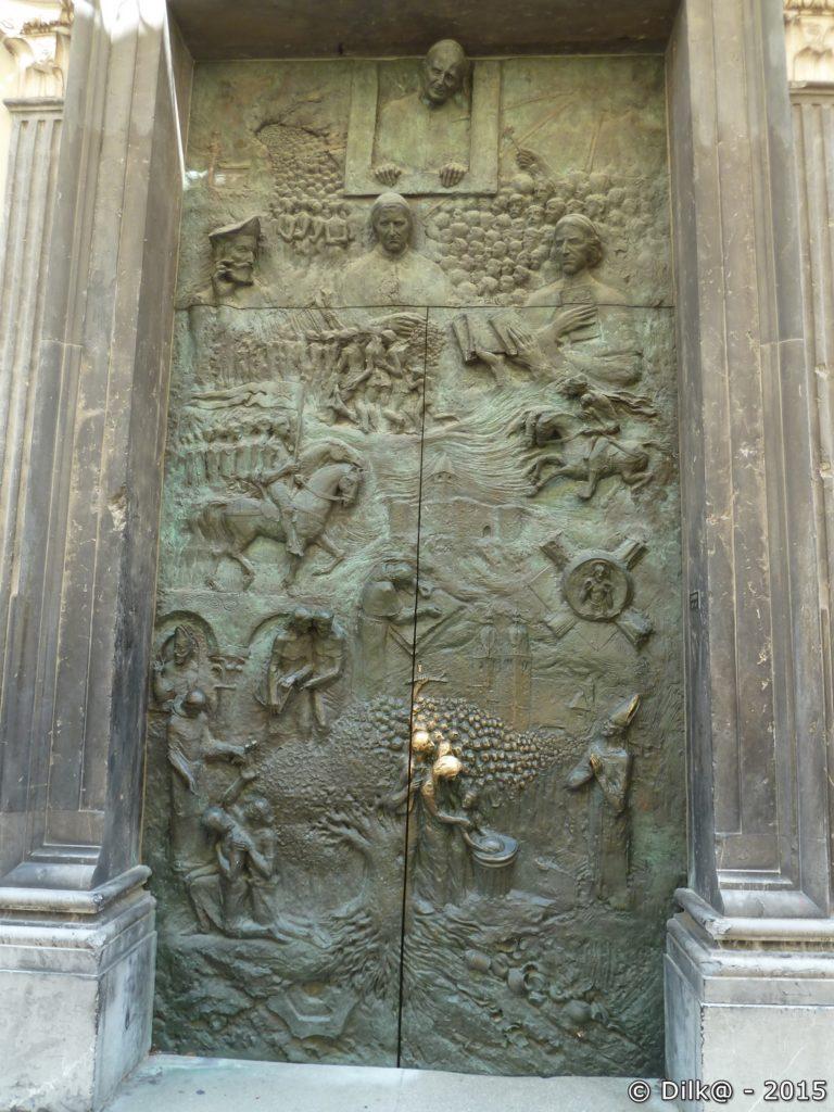 La porte d'entrée de la cathédrale Saint-Nicolas