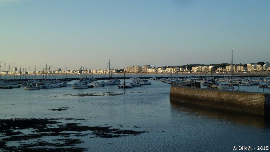 La jetée et le port d'échouage et au fond, la baie de la Baule et Pornichet