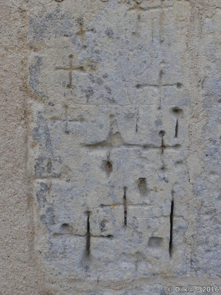 Croix et des points en mémoire des morts