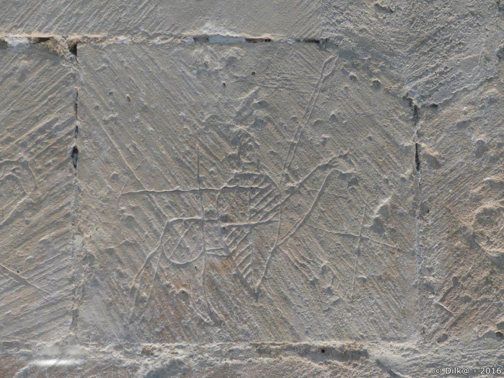Les graffitis sur les murs de l'église de Moings