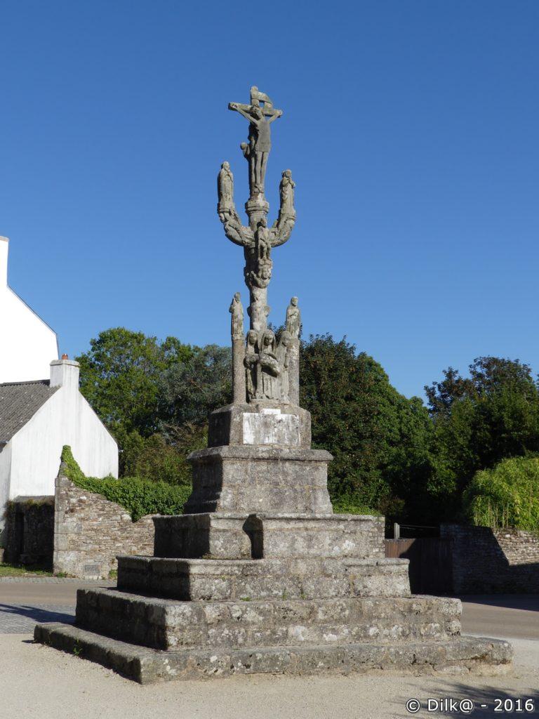 Le calvaire de Nizon à côté de l'église de Nizon