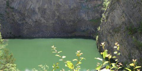 Le cratère volcanique de Montpeloux et la scène pour les spectacles