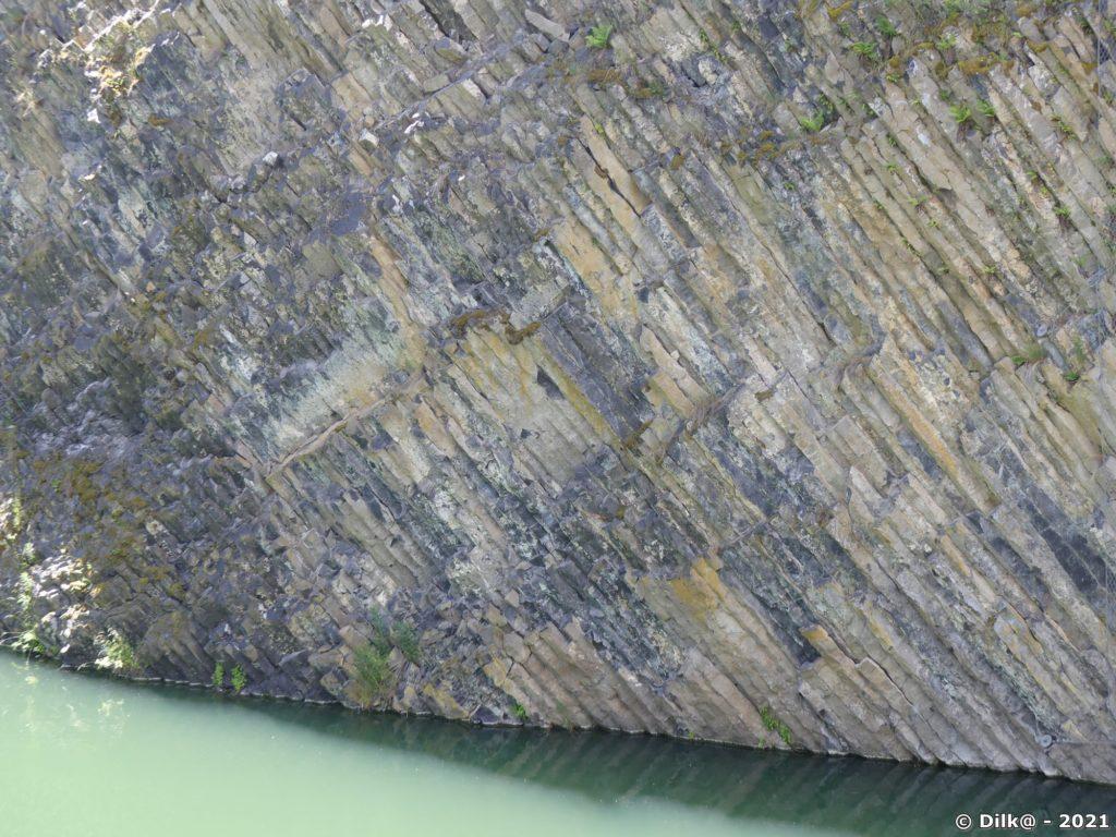 Les orgues basaltiques plongent dans le lac