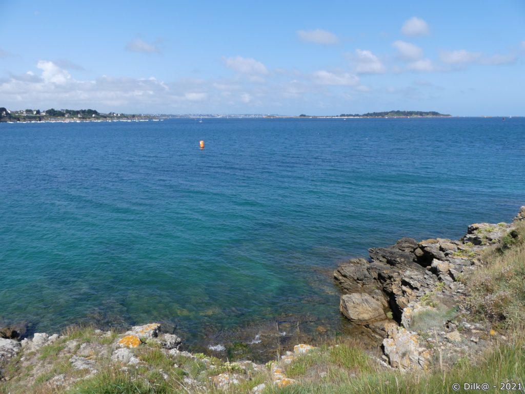 Les îles Ebihens au large de Saint-Jacu à gauche)