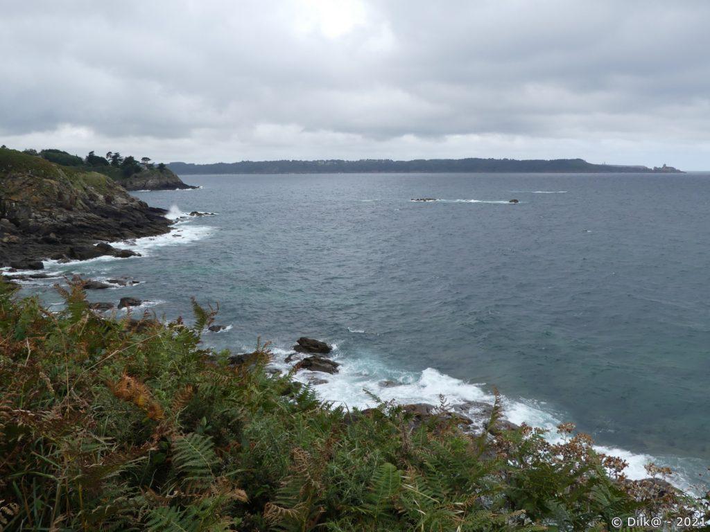 La côte découpée de Saint-Cast et le Cap Fréhel au loin