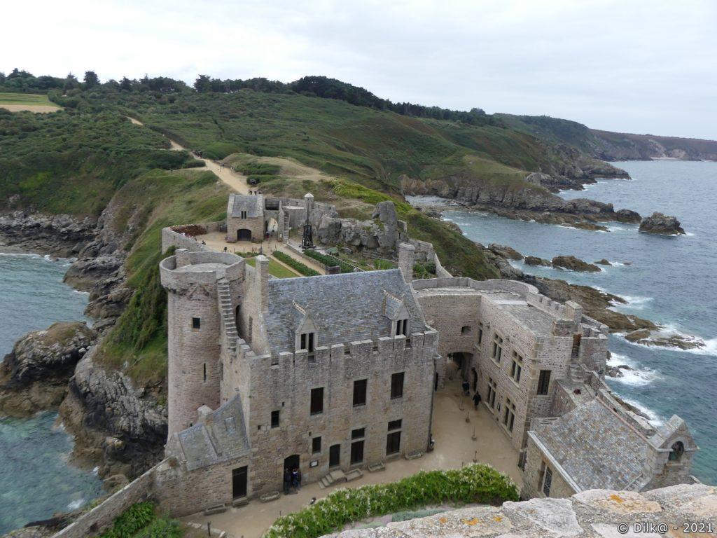La cour du château fort vue du donjon