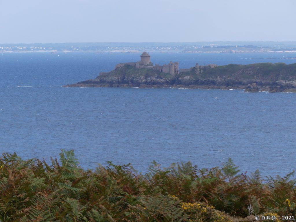 Le Fort La Latte et derrière Saint-Cast