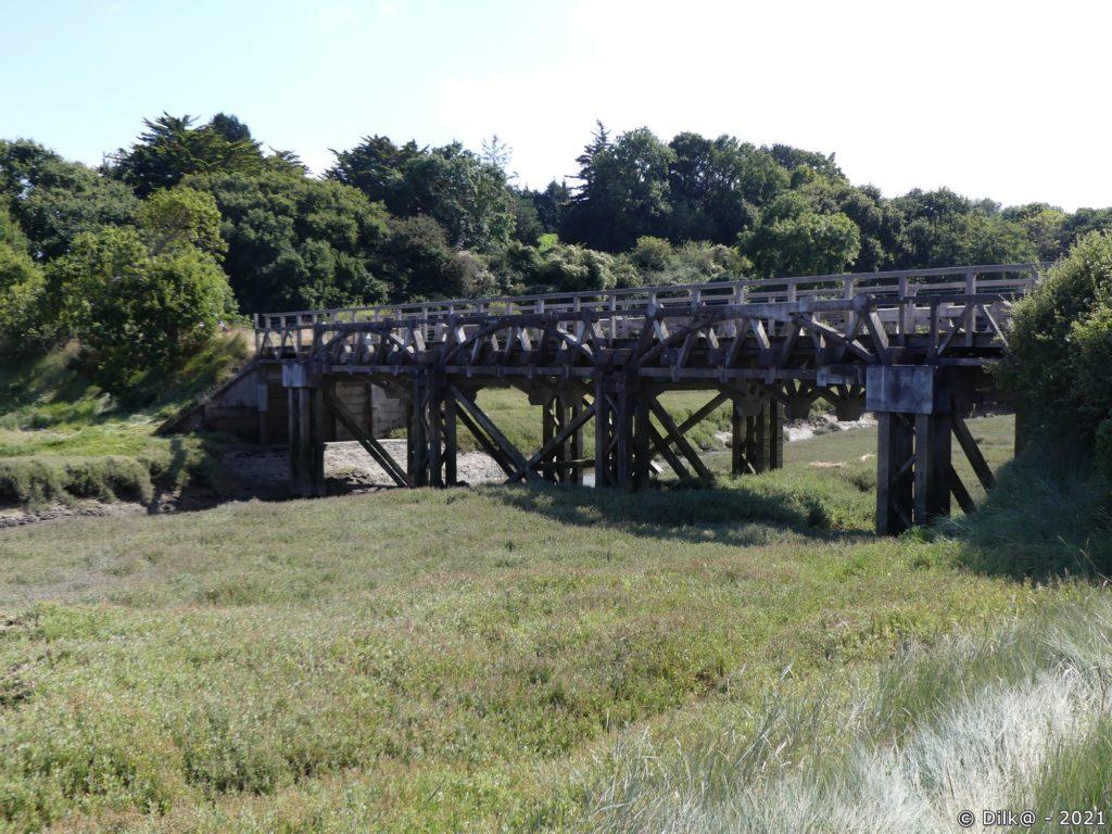 Le pont de l'ancienne voie de chemin de fer
