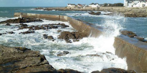 Les fortes vagues se cassent sur la digue de la plage de Batz
