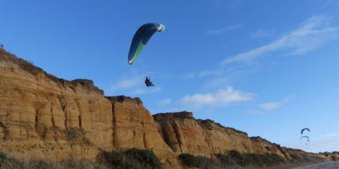 Les parapentes au dessus de la plage de la Mine d'Or