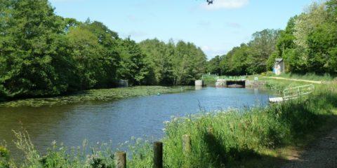 Une écluse le long du canal