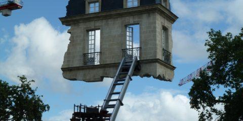 Une échelle qui monte à un pan de mur d'immeuble