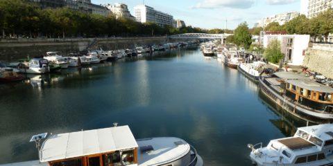Le port de l'Arsenal et la place de la Bastille au fond