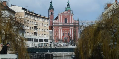 Le fleuve Ljubljanica et l'église franciscaine