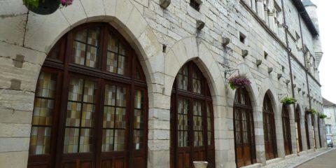 Rue Saint-Lys et la façade la plus importante du Palais de la Raymondie