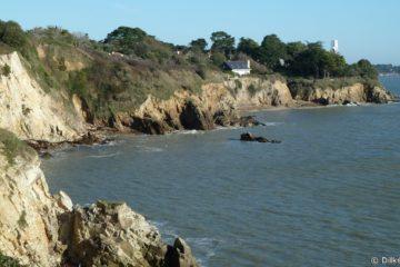 La côte près de Saint-Nazaire et la phare de l'Aiguillon