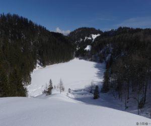 Le lac de Taubensee caché sous la neige