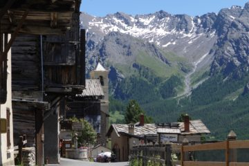 Saint-Véran au fond d'une vallée étroite
